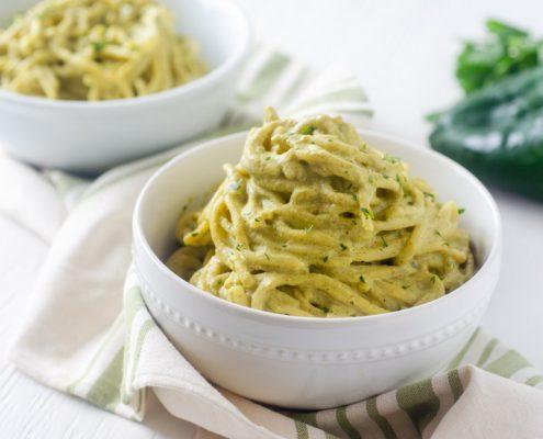 Espagueti verde vegano cremoso y picocito. Una de mis recetas favoritas del blog y es perfecto para las fiestas decembrinas.