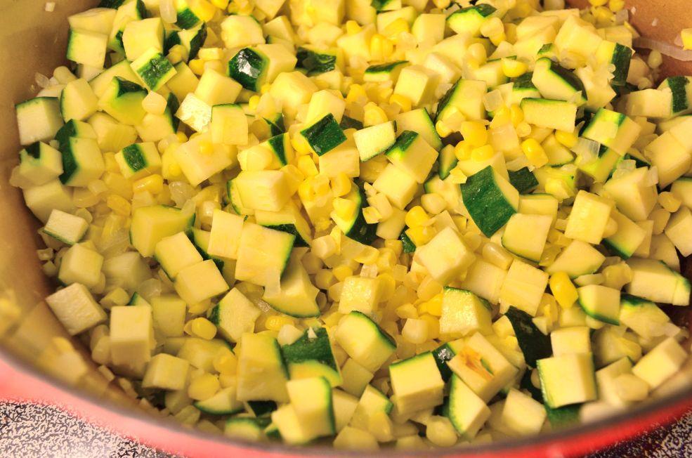 Agregar calabacitas y cocer por 3 min. hasta que la calabacita este tierna.