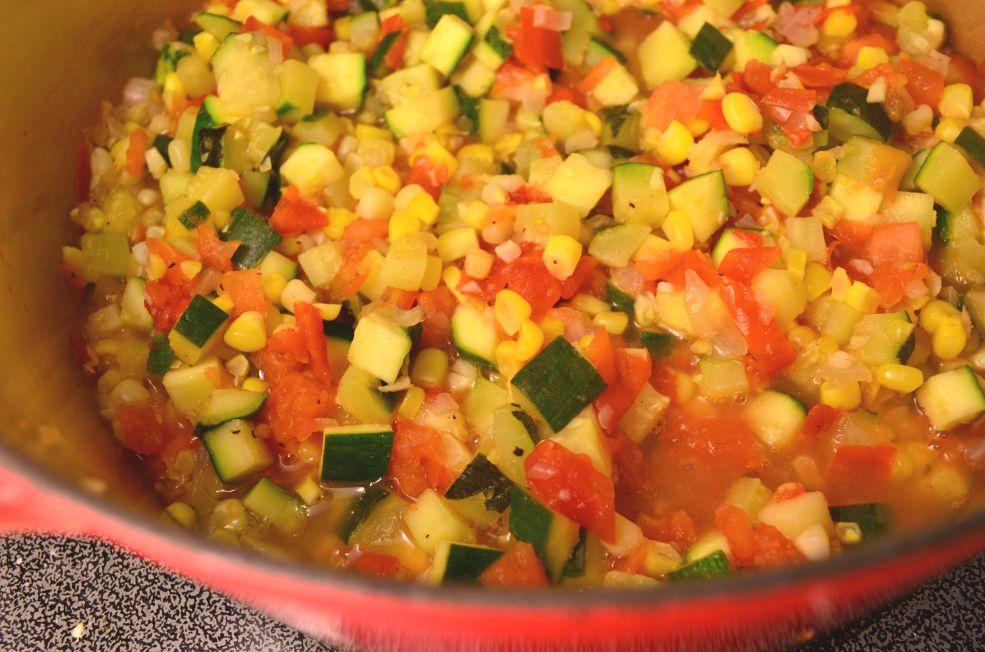 Agregar tomate y cocer por 2 minutos mas.
