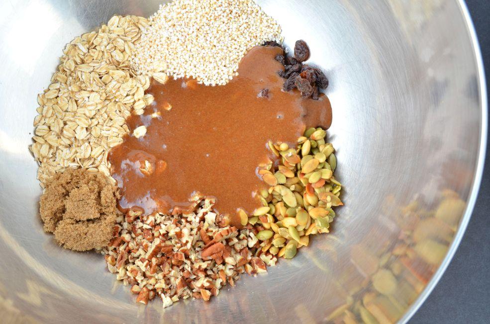 Agregar ingredientes líquidos a la mezcla de avena.