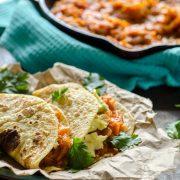 Estos tacos de tinga de zanahoria y camote son super fáciles de hacer y son deliciosos. Sirve con rebanadas de aguacate o en tostadas.