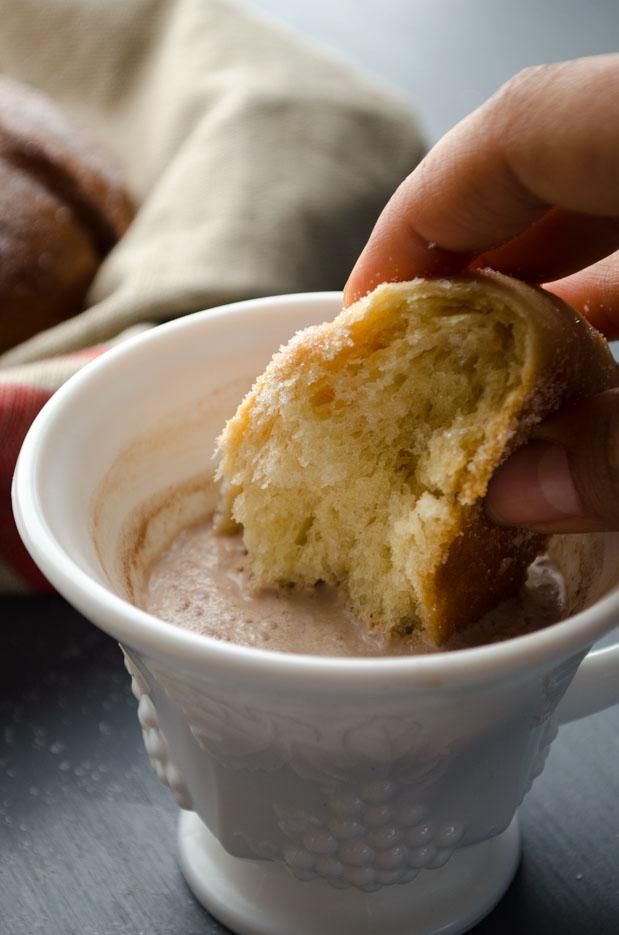 Este pan esta hecho con ingredientes completamente vegetales y libres de crueldad. El sabor es idéntico al pan de muerto que ya conocen y la textura es airosa y suave. Es perfecto para chopear en una taza de chocolate caliente o un cafecito.