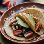 Estos Tacos de Garbanzo y Espinaca no se tardan ni 20 minutos en preparar y son una de mis comidas favoritas y siempre tengo espinacas.