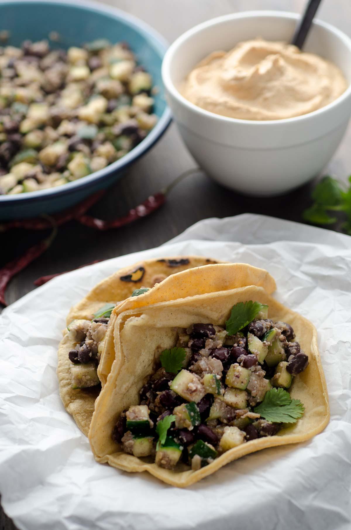 Tacos de calabacitas y frijoles negros con salsa de almendra y chile de árbol. Son muy fácil de hacer y están llenos de proteína.