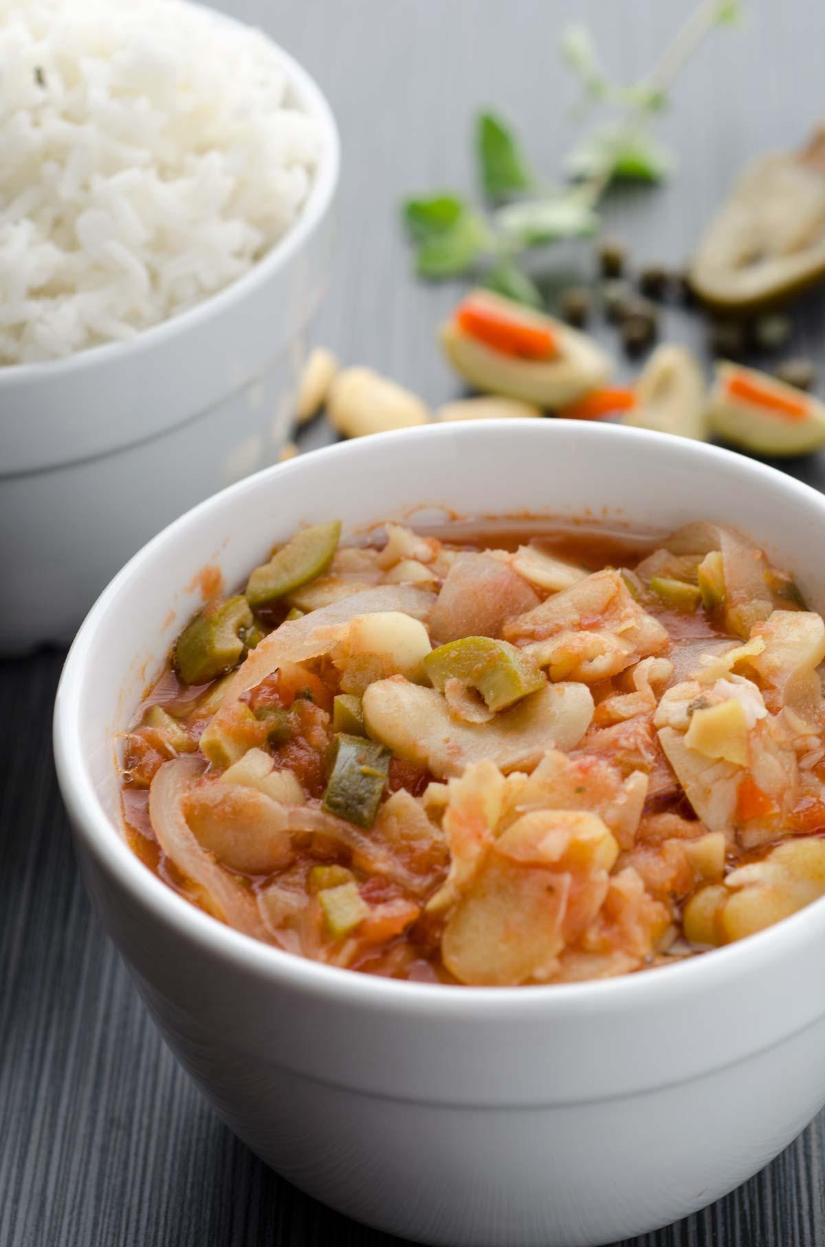 Habas a la Veracruzana. Guisa las habas en una salsa de cebolla, ajo, tomate, alcaparras, aceitunas y jalapeños en escabeche.