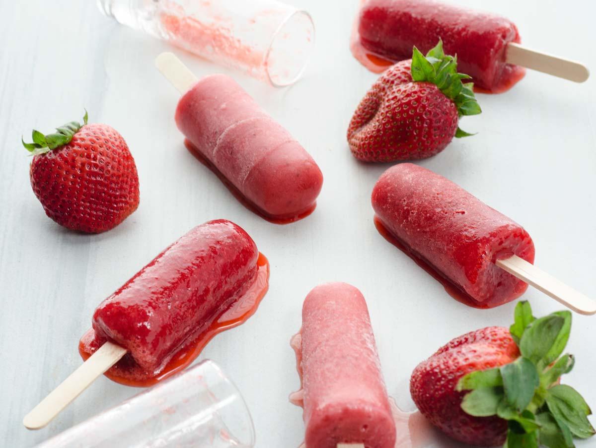 Vas a disfrutar mucho estas paletas veganas de fresa por que están llenas de trozos de fresas y son el refrigerio perfecto para un día soleado