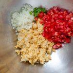 Esta ensalada vegana de atún contiene garbanzos,chile, tomate, cebolla, jugo de limón y mayonesa vegana. Es una receta llena de proteinas.