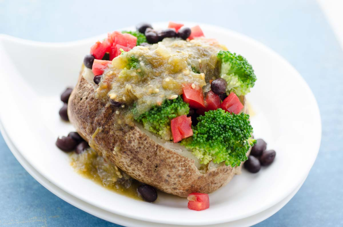 Esta papa rellena vegana es una de mis cenas favoritas por que casi siempre tengo todo los ingredientes ya en mi cocina