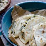 Estas rajas con crema veganas están bañadas en una crema de almendras y se pueden servir sobre tortillas de maíz calientitas.