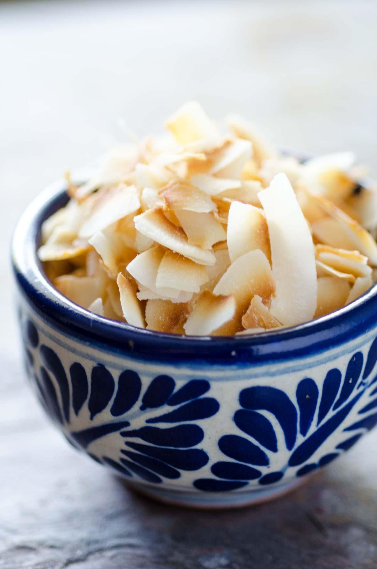 Estas paletas de coco veganas son super fáciles de hacer y solo tienen 3 ingredientes. Son cremosas, refrescantes y están llenas de coco rallado