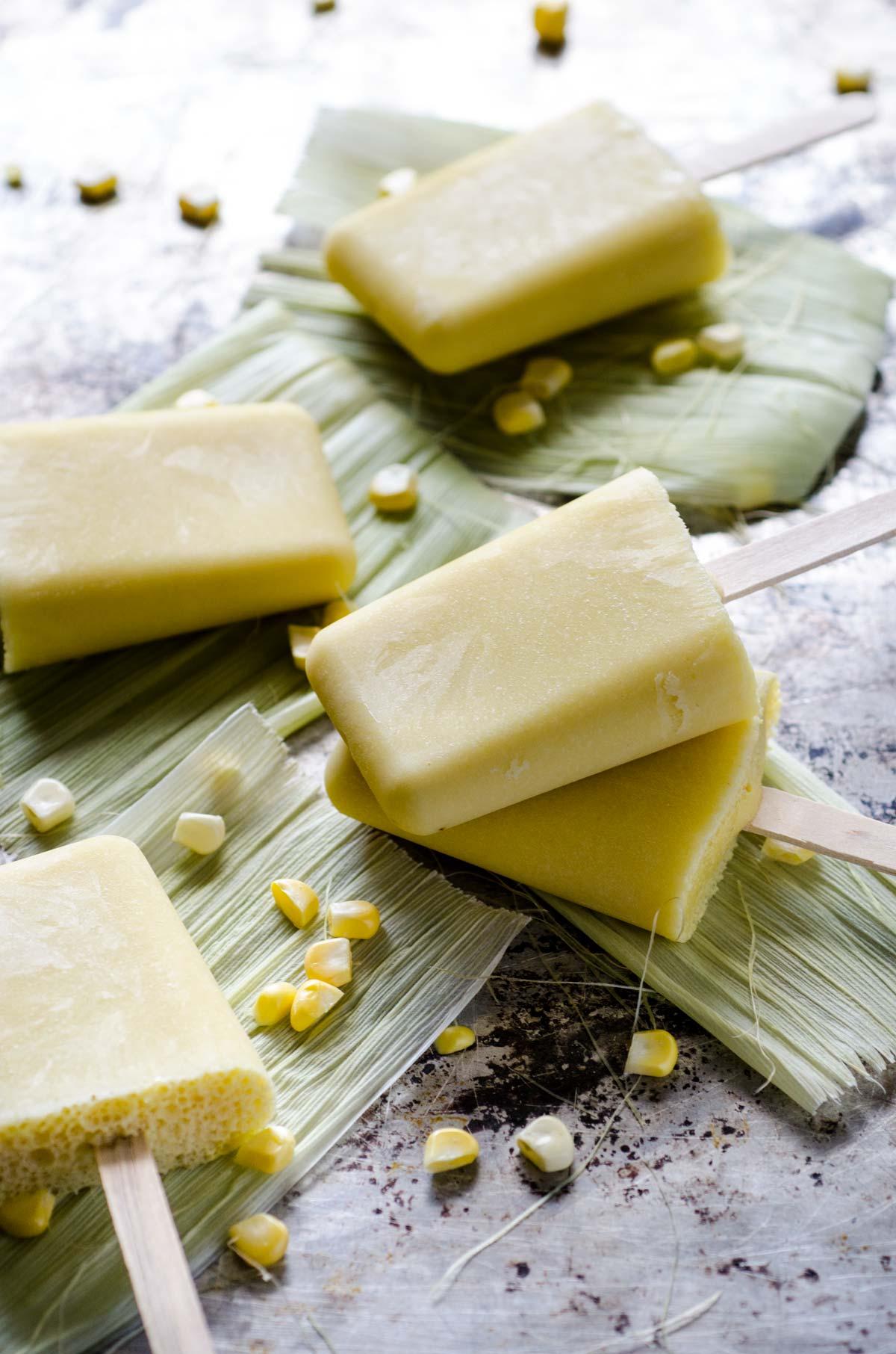 Estas paletas de elote son fáciles de hacer y son un refrigerio perfecto para los días calurosos. Utilicé leche de almendras para hacerlas pero si quieres una paleta más decadente puedes usar leche de coco.
