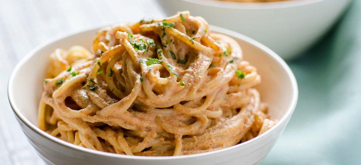 Este espagueti al chipotle es super fácil de hacer. El sabor ahumado del chile chipotle en adobo y la acidez del jugo de limón hace esta salsa irresistible.