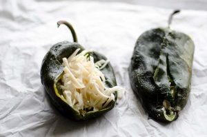 ¡Estos chiles rellenos mexicanos son fantasticos! Los chiles están crujientes por fuera y rellenos de queso vegano por dentro.