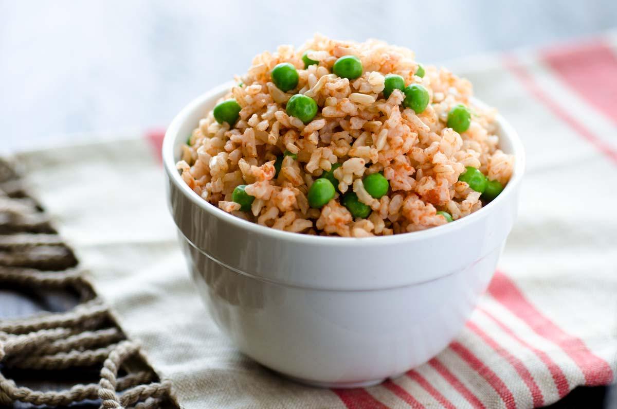 Este arroz integral a la Mexicana es la receta que estabas buscando. Es fácil de hacer e igual al que hacía tu mamá.
