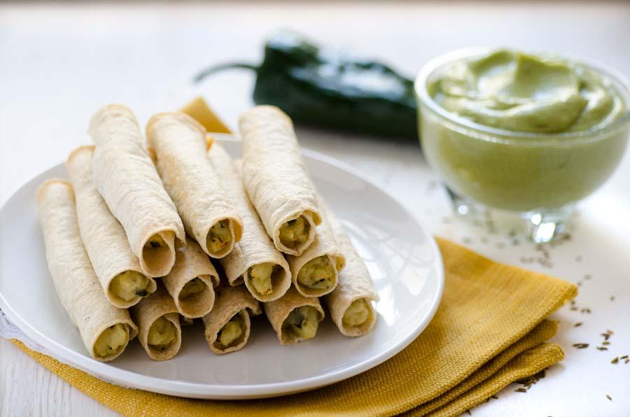 Estas deliciosas flautas de papa están rellenas de un puré de papa cremoso y chile poblano. Son horneadas, super crujientes y fáciles de hacer