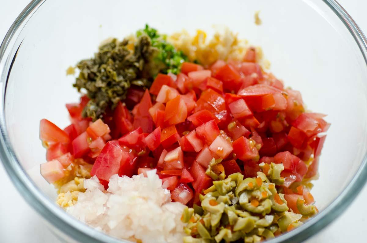 Este chile relleno de atún vegano con garbanzos, chile, tomate, aceitunas, alcaparras y mayonesa vegana es picosito, cremoso y delicioso.