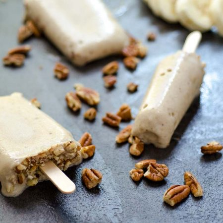 Estas paletas heladas de plátano y nuez, son veganas, fáciles de hacer, no contienen azúcar refinado y están super cremosas.