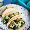 Estos tacos de kale y papa con crema de cilantro son lo más fácil que hay en el mundo. No por eso no son nutritivos ni deliciosos.