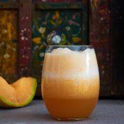 Disfruta esta agua fresca de melón preparada con un melón maduro. Es una bebida refrescante en un día caluroso. ¡Provecho!