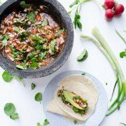 Esta salsa de berros y rábanos es deliciosa y con unas rebanadas de aguacate y unas tortillas recién hechas hacen la combinación perfecta