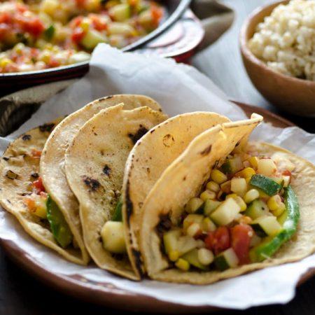 Estos tacos de calabacitas mexicanas son perfectos para el verano, ya que es cuando están en temporada el elote, la calabacita y el tomate.