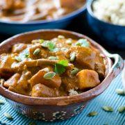 Esta receta de Pipián Rojo Vegano y Arroz es perfecta para los próximos meses de otoño e invierno la salsa es de pepitas de calabaza y chiles