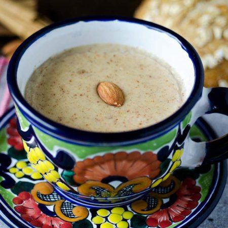 Atole almendrado de Coahuila, es en una bebida calientita, reconfortante y dulce. Tiene leche de almendras, almendras, piloncillo y maseca.