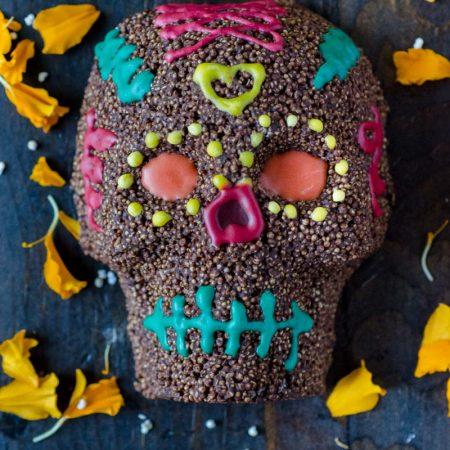 Calaveritas de chocolate y amaranto, decoradas con betún de colores, son muy fáciles de hacer, además de ser una hermosa decoración.