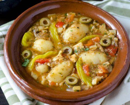 Bacalao vegano a la vizcaína, corazones de alcachofa y palmitos guisados con tomate, ajo, aceitunas, alcaparras, pimientos asados y papas.