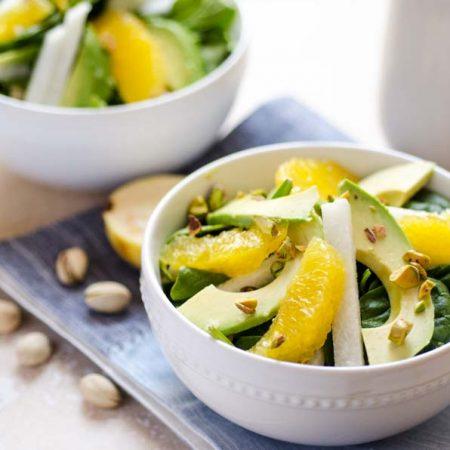 Esta ensalada de espinaca con aderezo de guayaba tiene naranja, jicama, aguacate y pistaches.¡Me encantan las guayabas!