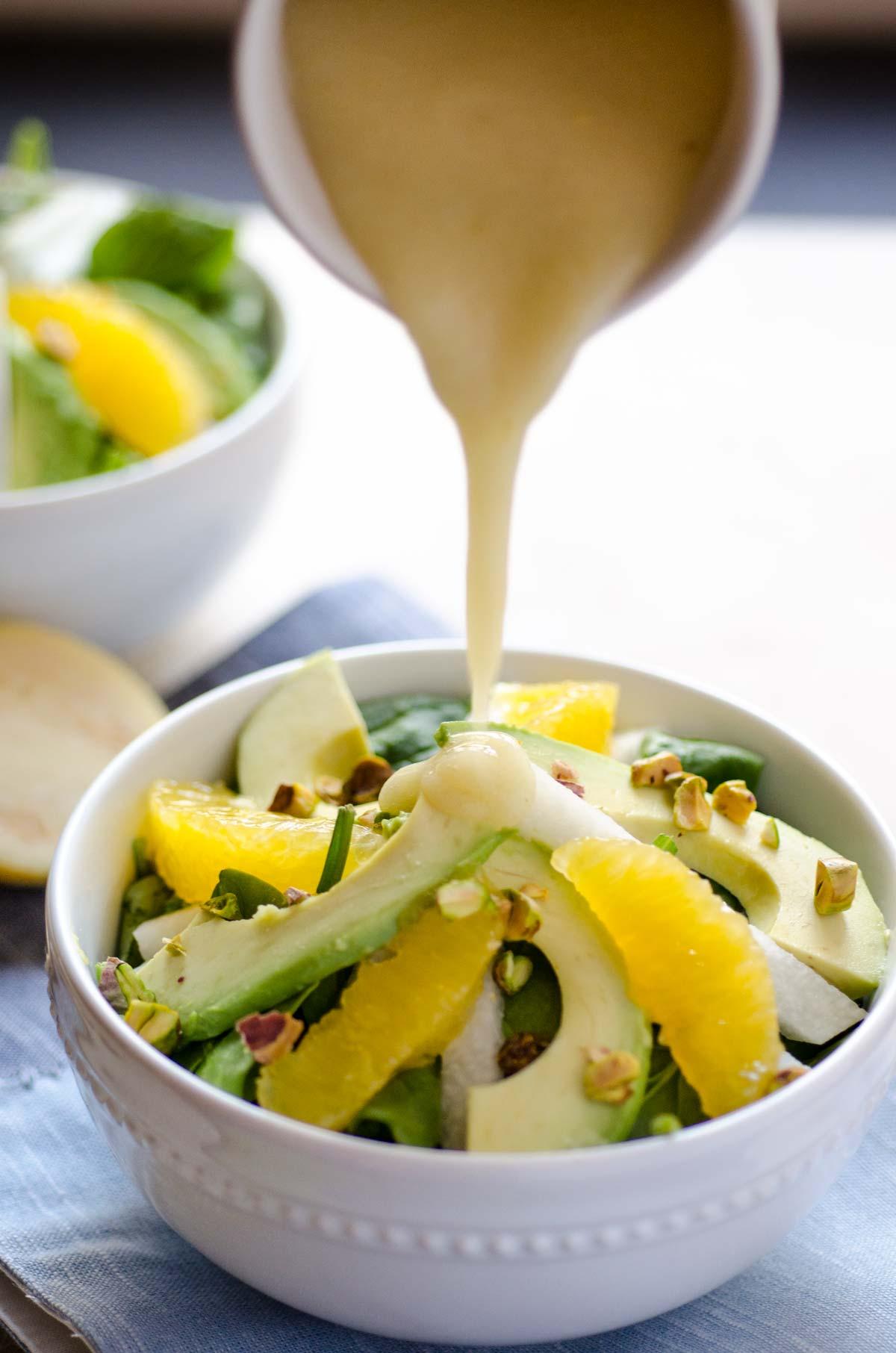 Esta ensalada de naranja, jicama y aguacate esta bañada en un aderezo de guayaba y decorada con pistaches.¡Me encantan las guayabas!