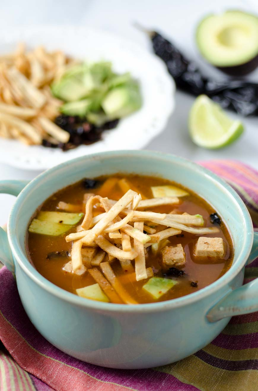 Sopa de Tortilla Vegana con Chipotle