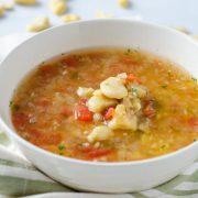 Esta sopa de habas es otro platillo clásico de la cuaresma. Las habas se cuecen con cebolla, jalapeño, tomate y cilantro.