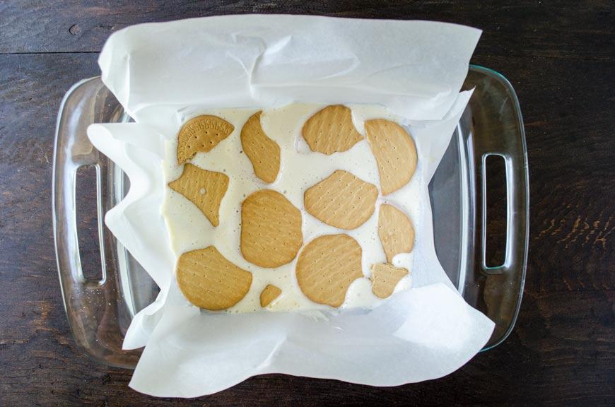 Esta receta de Carlota de limón es un pay de limón frío exquisito con capas de galletas Maria y crema de limón agridulce.