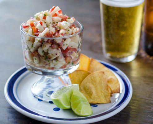 Este Ceviche vegano de palmitos te transportará al caribe mexicano con la combinación de corazón de palmito, cebolla, tomate y cilantro.