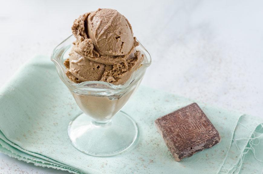 Este helado de chocolate Mexicano es dulce y cremoso con un toque de canela. Me encanta el helado y esta es una excelente opción vegana.