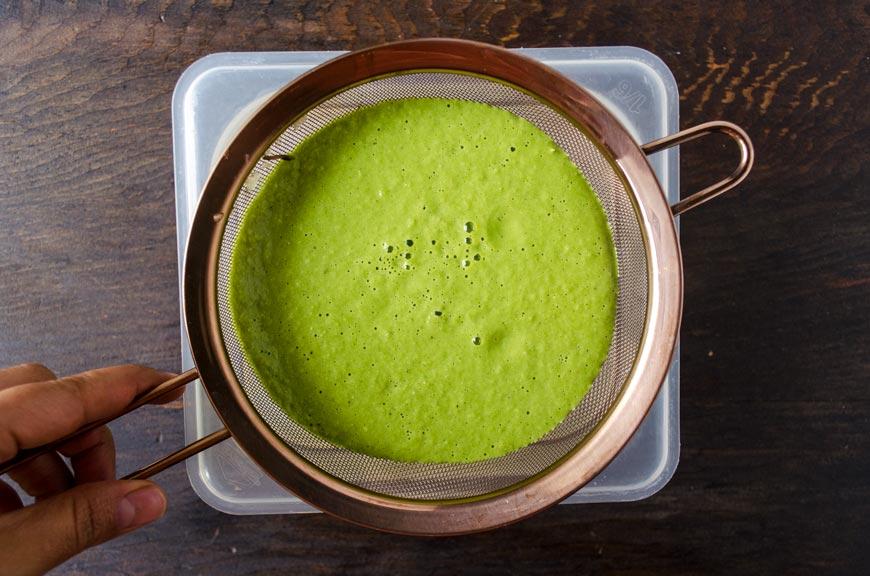 Pozole verde vegano hecho con setas guisadas en una caldo de pepitas, tomatillo, chiles y maíz pozolero. Acompañalo con aguacate y rábanos