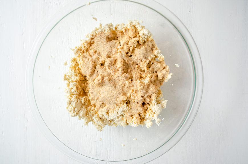 Estos tofu huevos a la chiapaneca son una comida típica y se acompaña con rebanadas de aguacate, crema de nuez de la india y chiles curtidos.