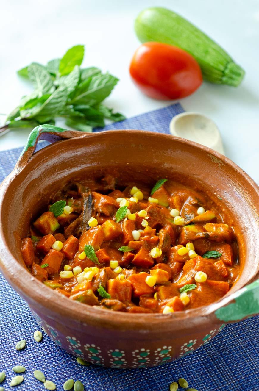 Atapakua de chilacayote, guisado michoacano hecho con una salsa de chile guajillo, pepitas de calabaza, maíz, hierba buena, ajo y tomate.