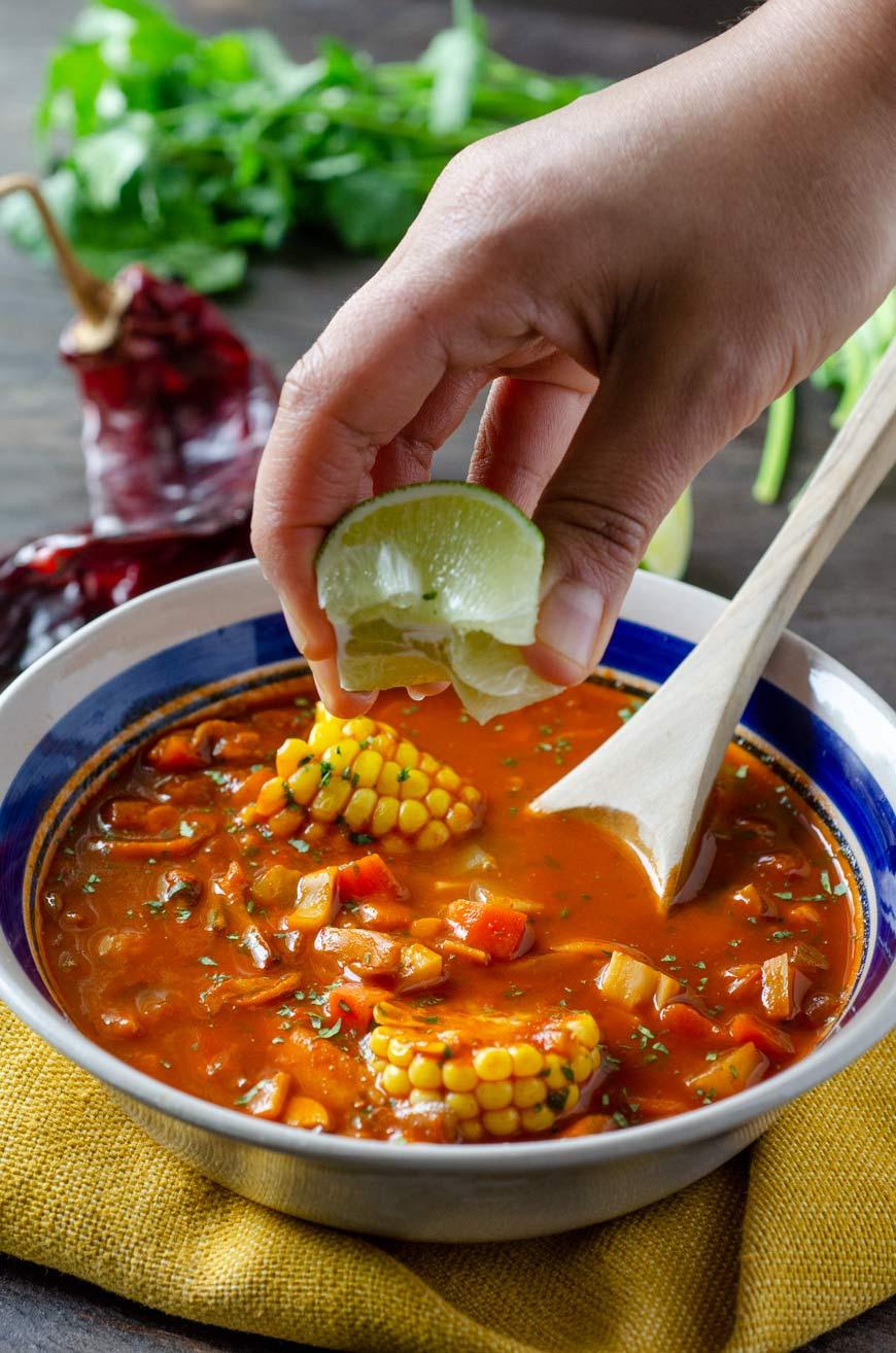 Sopa de Mariscos Veganos estilo Matamoros, palmitos, elote, setas y garbanzos en un caldo de chile guajillo y tomate