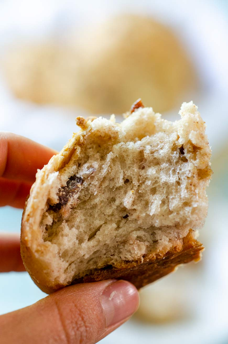 Un pedazo de pan de semita mostrando la textura