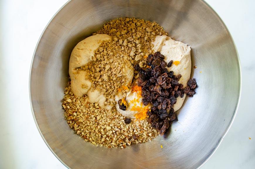 pasas, piloncillo y ralladura de naranja agregadas a la masa
