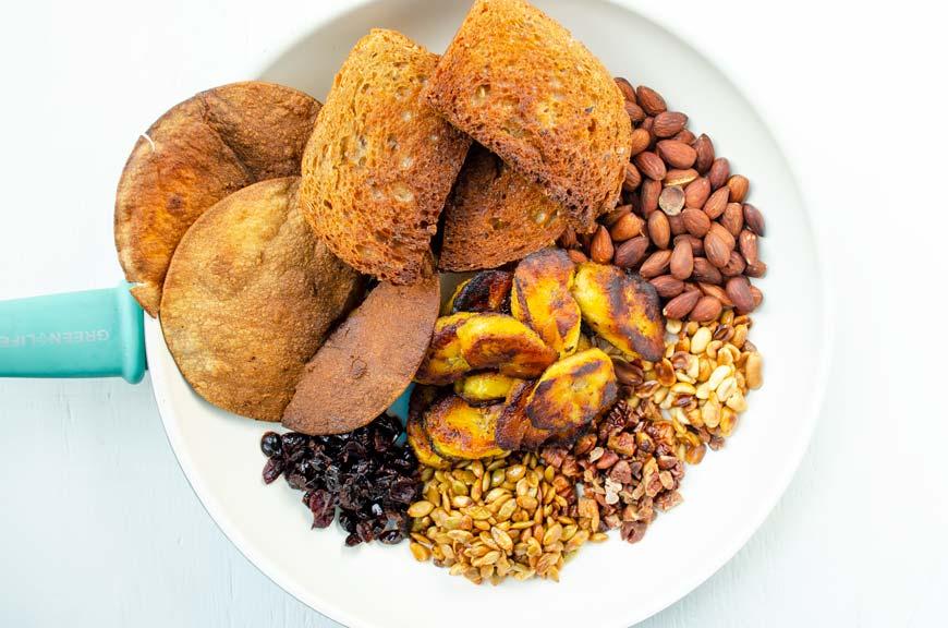 Pan, ajonjoli, cacahautes y otros ingredientes tostados para hacer mole