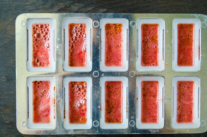 Los moldes de paletas se llenan con la mezcla de sandía.