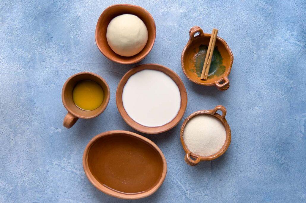 Ingredientes para nicuatole oaxaqueño de coco y maracuyá.